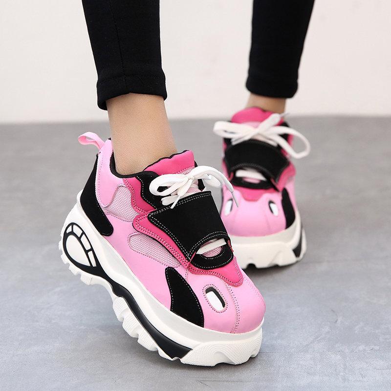 eea001c2 С выбором кроссовок можно похулиганить и надеть розовые, ярко-синие, да, в  общем, любые броские и необычные модели. По цвету лучше их сочетать с  небольшими ...